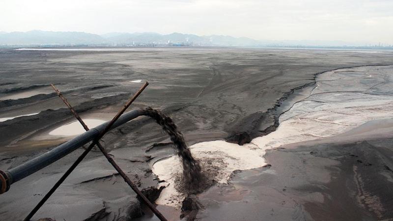 Lago acumula lixo que nossa necessidade por gadgets produz