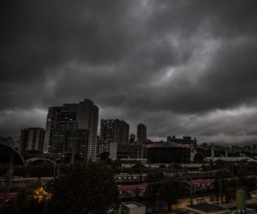 Por que o céu escureceu em São Paulo?