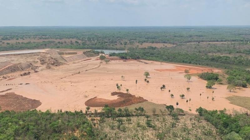 Barragem de mineradora se rompe e isola comunidade em Mato Grosso